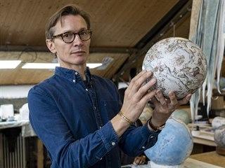 Peter Bellerby ve svém studiu vyrábějícím glóby