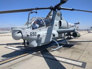AH-1Z je čistě bojovým vrtulníkem. Pomocné křídlo nese raketovou výzbroj, na...