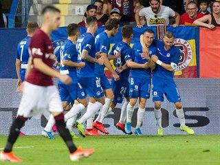Liberečtí fotbalisté se radují ze vstřeleného gólu v utkání proti Spartě.
