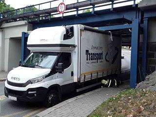 Hasiči museli upustit kola, aby kamion klesl a dal se vyprostit.