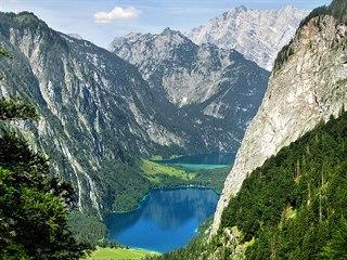 Scenérii s jezerem Obersee (blíže stanovišti) a nejjižnějším cípem Königssee...