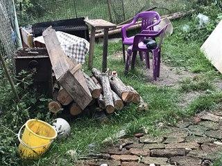 Policisté objevili tělo zavražděného muže ukryté pod větvemi a odpadem.