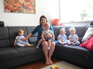 Ministryně Jana Maláčová navštívila rodinu čtyřčat (22. srpna 2019).