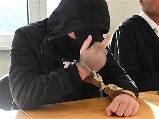 Devatenáctiletý pachatel, který se u soudu přiznal k vraždě mladé ženy, ukazuje...