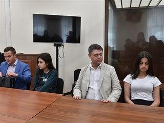 Dvě ze sester Chačaturjanových obviněné z vraždy despotického otce (26. 6. 2019)