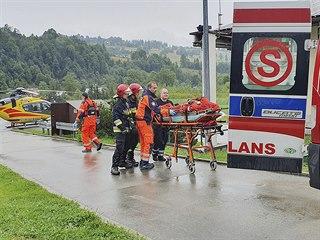 Polští záchranáři převážejí zraněného po zásahu blesku v Tatrách. (22.08.2019)