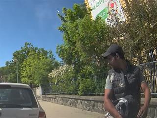 Policie hledá muže, který v Praze 6 poškrábal lak u dvou aut.