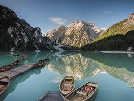 Jezero Pragser Wildsee. V jeho křišťálově čisté vodě se odrážejí křídově bílé...