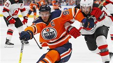 Will Butcher (vpravo) z New Jersey a Connor McDavid z Edmontonu.