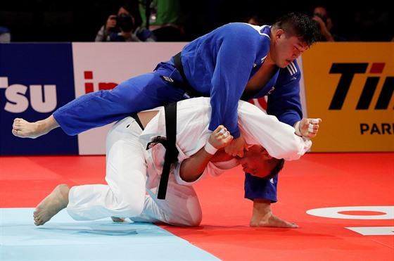 Lukáš Krpálek (v modrém) a Japonec Hisajoši Harasawa ve finále mistrovství...