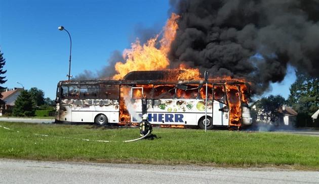 Na Táborsku zcela shořel autobus na plyn, cestující stihli vystoupit