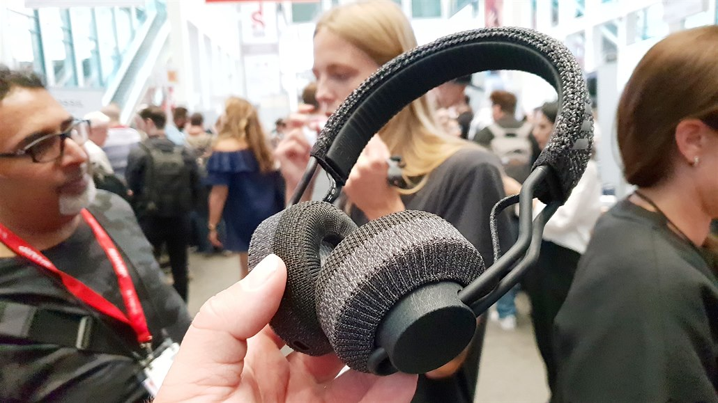 Opletená sluchátka do posilovny odvádějí pot, potahy lze vyprat