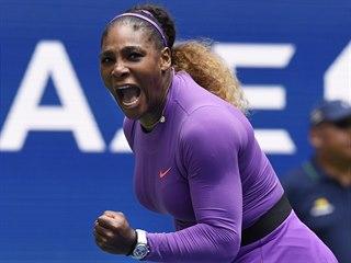Američanka Serena Williamsová oslavuje vítězný fiftýn během osmifinále US Open.
