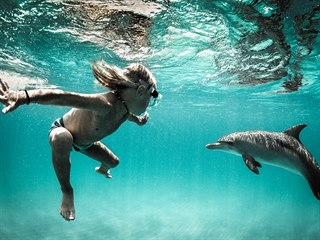 Joshua Karbus se ve vlnách oceánu pohybuje od malička.