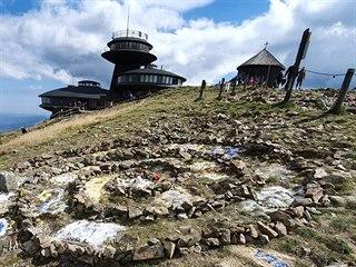 Neznámí výtržníci v noci na vrcholu Sněžky v zakázané zóně poskládali kameny do...