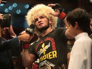 Ruský MMA zápasník Chabib Nurmagomedov mluví po vítězném zápase v Abú Zabí.