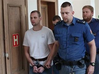 Eskorta přivádí k soudu dvojici obžalovaných v případu vraždy čerpadlářky v...