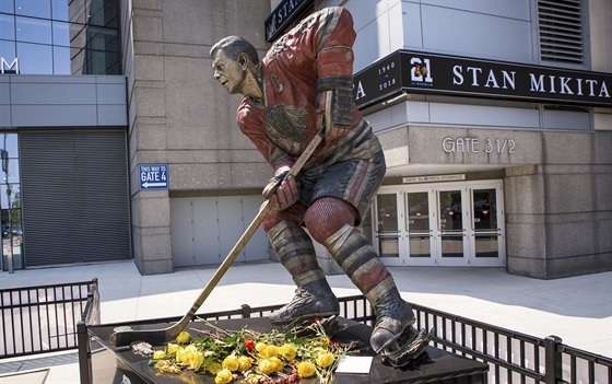 Stan Mikita má coby legenda Chicago Blackhawks sochu před halou United Center.