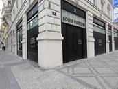 Obchod Louis Vuitton v Pařížské ulici v Praze