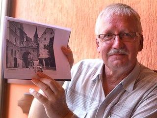 Bývalý kastelán zámku Kynžvart Miloš Říha ovládá umění čtení ve švabachu. Díky...