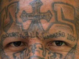 Člen gangu MS-13 navštěvuje program ve věznici Chalatenango, který má zločince...