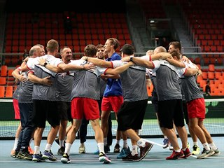 Český daviscupový tým se raduje z postupu přes Bosnu a Hercegovinu.