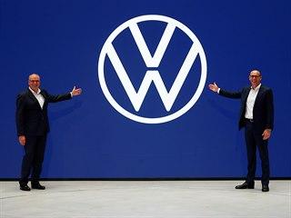 Napravo Ralf Brandstaetter, šéf značky Volkswagen a Juergen Stackmann, šéf...