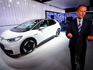 Volkswagen (na snímku generální ředitel Herbert Diess) na autosalonu ve...
