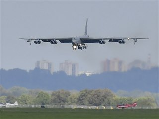 Americký bombardér B-52 na mošnovském letišti