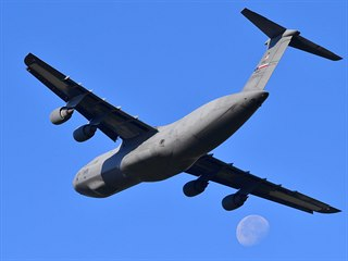 Americký transportní letoun C-5M SuperGalaxy na mošnovském letišti