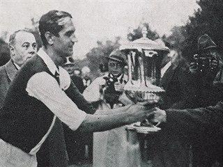 Kapitán Slavie Ferdinand Daučík přebírá v roce 1938 v Budapešti trofej pro...