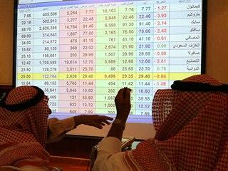 Obchodníci ze Saúdské Arábie sledují ceny ropy na světových trzích.