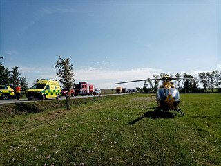 K nehodě u Holic vzlétl i záchranářský vrtulník.