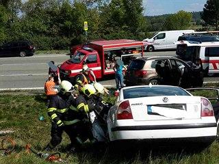 Po srážce Volkswagenu Passat a Volkswagenu Tiguan u Týnišťka zemřel jeden...