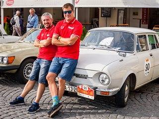 Redaktora MF DNES Petra Lundáka (vpravo) navigoval ve Škodě 100 L z roku 1973...
