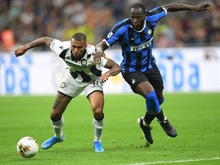Romelu Lukaku z Interu Milán (vpravo) se snaží probít přes Walaceho z Udine v...