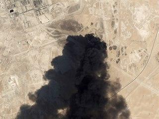Hořící ropné zařízení v saúdskoarabském Abkajku po útoku (15. září 2019)
