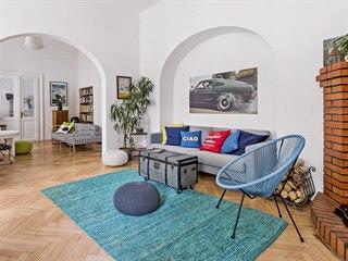 Obývací pokoj tvoří dvě místnosti částečně rozdělené zdí s efektním obloukem.