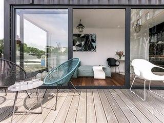 Moderní obývací prostor, designově vybavený studiem Punto Design, definuje...