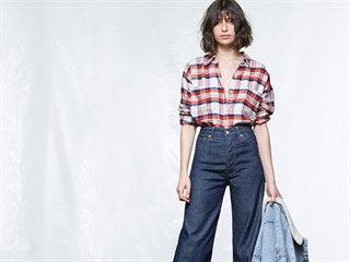 Volně střižené džínsy s výrazně vyšším pasem jsou příjemným retro zpestřením.