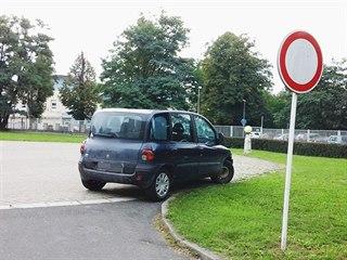 Řidič zaparkoval na heliportu pardubické nemocnice.