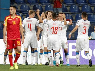 DÍLO DOKONÁNO. Čeští fotbalisté se radují ze třetího gólu do kosovské sítě, o...