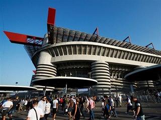 Fanoušci se scházejí před stadionem San Siro, na kterém se odehraje utkání Ligy...