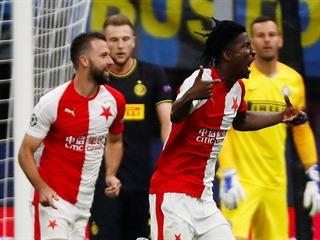 Slávista Peter Olayinka (uprostřed) oslavuje svou trefu do sítě Interu Milán. V...