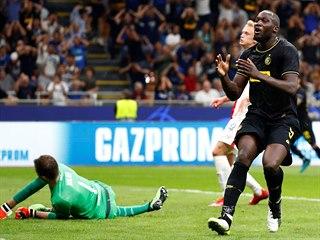 JAK MI TO CHYTIL? Romelu Lukaku z Interu Milán lituje neproměněné tutovky,...