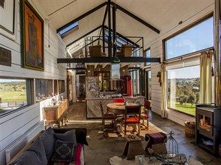 Hlavní obytný prostor je živý, vzdušný a díky otevřenému krovu působí luxusním...
