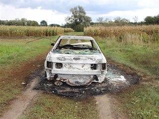 Zloději raději auta zapálili, když jim byli policisté na stopě.