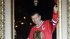 Stan Mikita zdraví fandy Chicago Blackhawks.