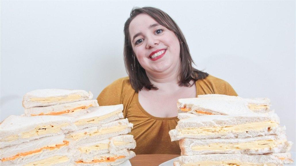 Žena jí téměř třicet let jen sendviče se sýrem a chipsy