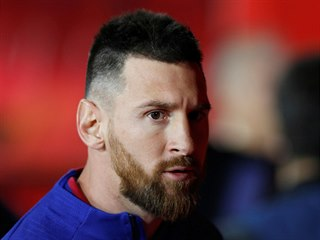HVĚZDA NA LAVIČCE. Lionel Messi zahájil utkání na hřišti Granady mezi...